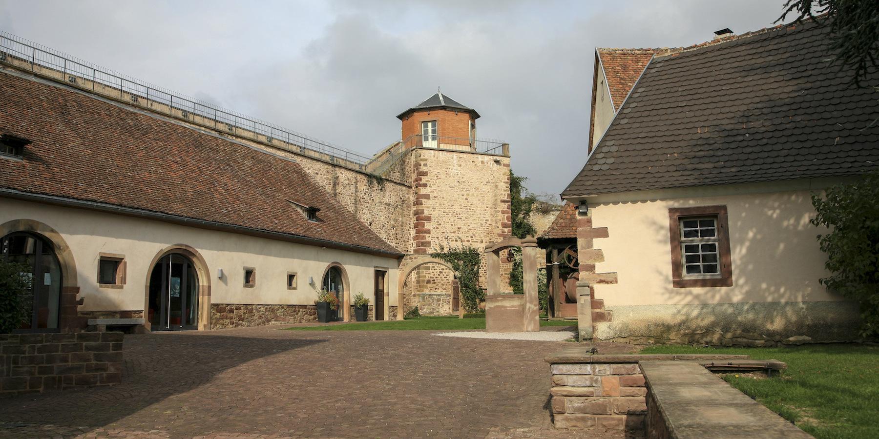 La cour de la mairie de Westhoffen